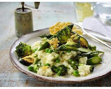 Risotto mit grünem gebratenem Gemüse und Parmesanchips