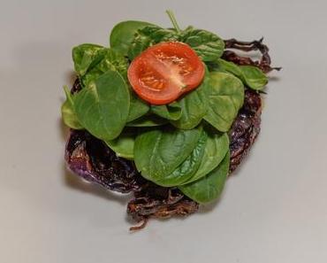 Rotkohlscheiben mit Mozzarella-Gorgonzola und Spinathaube (lacto-vegetarisch)