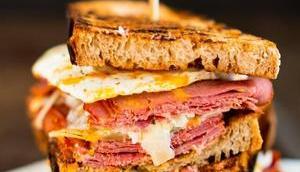 Pastrami-Sandwich Krautsalat Spiegelei