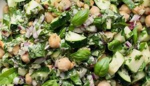 Zucchini-Salat Kichererbsen, Zitrone, Parmesan Kräuter