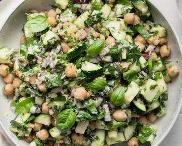 Zucchini-Salat mit Kichererbsen, Zitrone, Parmesan & Kräuter