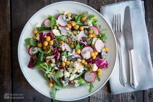 Grüner Salat mit gerösteten Kichererbsen & Radieschen