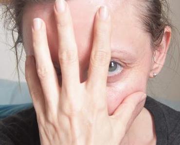 Finger weg! Warum eine ganz schlechte Angewohnheit der Grund für deine Hautprobleme sein kann