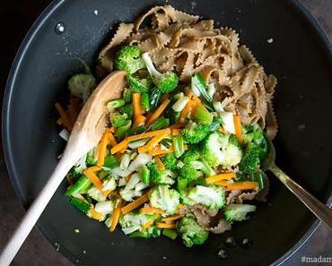 Asia-Nudeln mit Brokkoli und Karotte