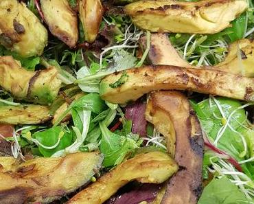 Blattsalat mit  gebratenen Avocadospalten (vegan)