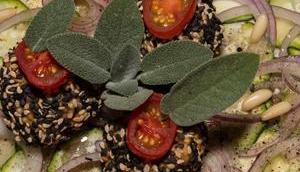 Hirsekugeln Sesammantel Zucchinicarpaccio (vegan)