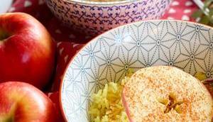 Leckere Frühstücksidee: Kurkuma Milchreis Apfel-Zimt-Scheiben
