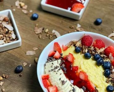 Polenta-Bowl mit Paleo-Granola und Erdbeerkompott