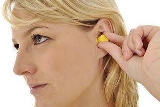 Bei Tinnitus: Ohrstöpsel helfen oft mehr als High-Tech-Hörhilfen