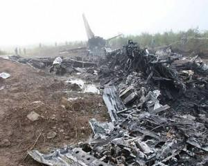 Flugzeug bricht bei Landung auseinander – 42 Tote