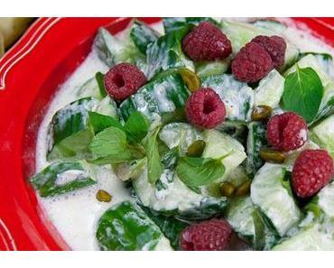 Gurken Joghurt Salat mit Brombeeren, Pistazien und Minze
