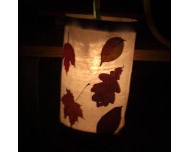 Martinslaterne mit getrocknete Blätter