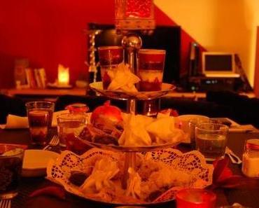 Gefüllte Datteln, Feigengebäck und Kaffee mit Kardamom und Nelken
