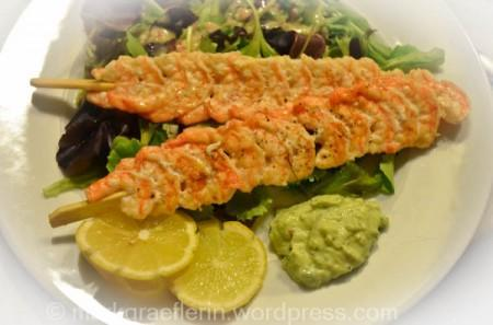 Garnelen-Spiesse auf Salatbett mit Avocado Dip