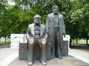 Berlin Mitte: Marx und Engels bleiben!