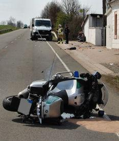 Lohnsfeld (Donnersbergkreis), Motorrad kollidiert mit Sprinter – Polizist schwer verletzt