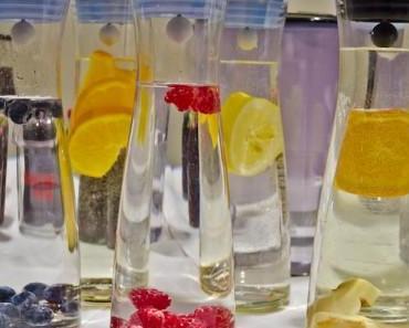 Wasserkaraffen mit Früchten