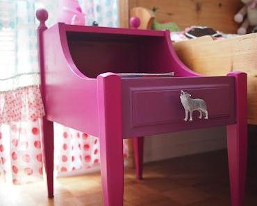 Ein Nachttisch sieht Pink