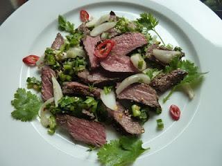 Yam Nuea Nam Tok - Wasserfall-Rindfleisch, ein sauerscharfer Thai-Salat / Waterfall Beef, a sour spicy Thai salad