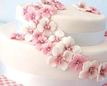 Blütentorte in weiß und rosa...
