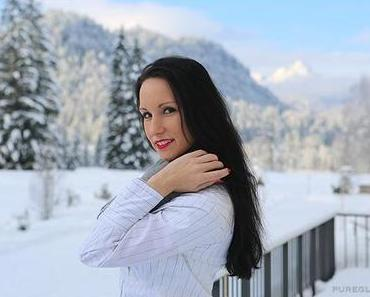 Fashion – new look – miniskirt, blouse and booties in the snow