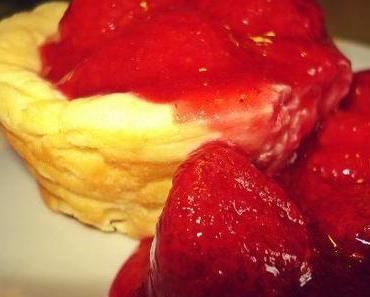 Nicht nur zum Valentinstag: Kleine Käsekuchen mit Erdbeersoße