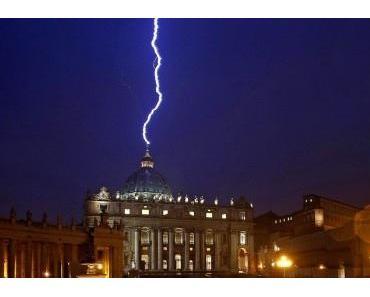 ALLES ZUFALL? Blitz fährt in den Petersdom Kalender sagt Papst-Rücktritt voraus