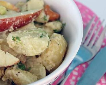 kartoffelsalat mit äpfeln und gesalzenen nüssen