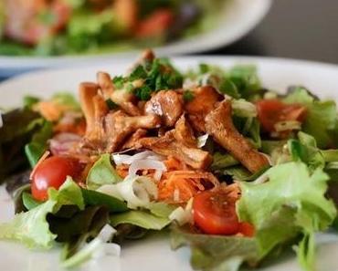 Gemischter Salat mit gebratenen Pfifferlingen