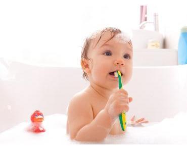 Wie kleine Kinder richtig Zähne putzen