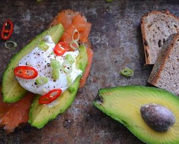 Brotzeit - mit Avocado, geräuchertem Lachs und pochiertem Ei