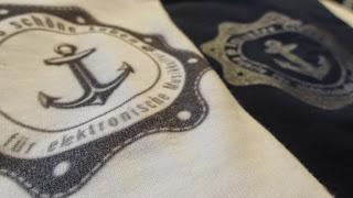 Schön anziehen! Die ersten Shirts aus der Sommer-Kollektion sind da.