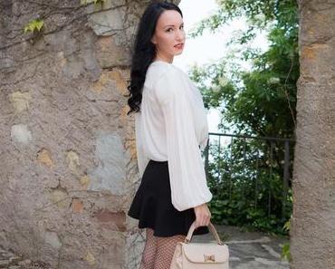 Abendlook – Minirock, Netzstrumpfhose, transparente Bluse