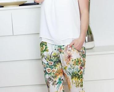Outfit: weißes Träger-Top, Blumen Hose & Riemchen-Sandalen