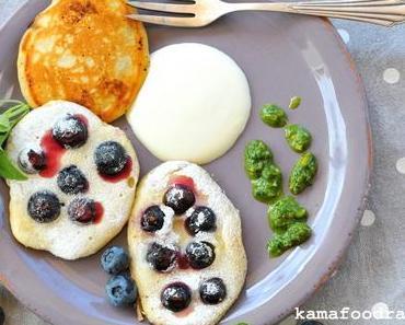 Blaubeerpfannkuchen mit Ahornsirup Crème Fraîche und Basilikum-Minz-Pistazienpesto