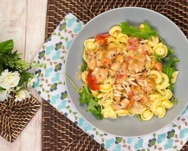 Pastaliebe - Nudeln mit Gorgonzola-Sahne-Soße, Hähnchen, Tomaten und Pinienkernen