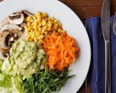 Farbenfroh: gemischter Salat mit Avocadodressing