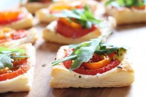 Partyhäppchen: Blätterteig mit Tomate & Co.