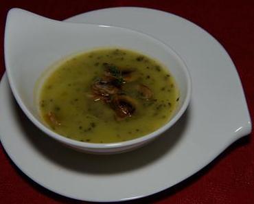 Zucchinisuppe mit gerösteten Nüssen (vegan)
