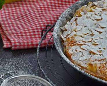 Rhabarberkuchen mit Eischneedecke und das Buch Landfrauenküche von der Verbraucherzentrale