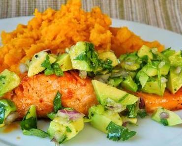 [REZEPT] Lachs mit Avocadosalsa und Süßkartoffelpüree