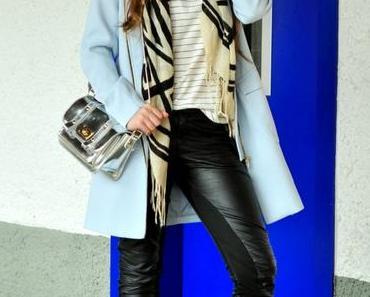 Outfit - Hellblauer Mantel und Streifenshirt