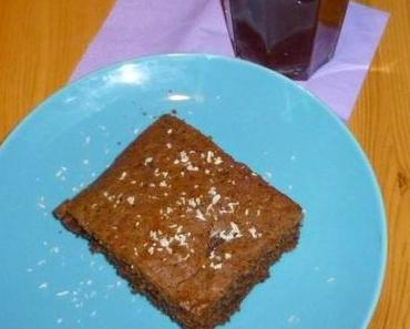 Schokoladenkuchen mit Kaffee und Kokos