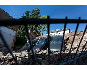Dresden: Parkplatz metertief abgerutscht. Drei Autos mitgerissen