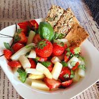 Saisonal & superlecker - einfacher Erdbeer Spargel Salat mit Balsamico-Dressing