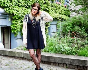 Outfit: Black dots